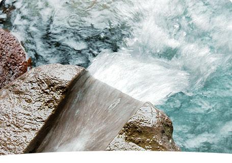 こんこんと湧き出る54℃の源泉